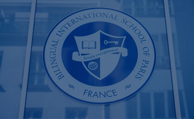 Logo sur le bâtiment de l'école bilingue internationale de Paris