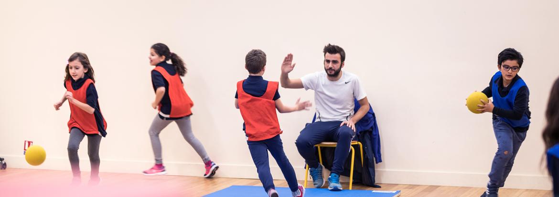 Des enfants et leur professeur pendant un cours de sport