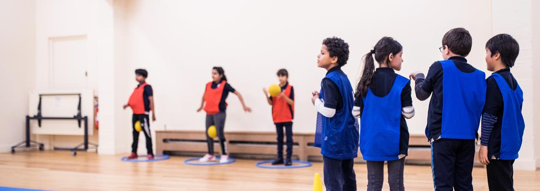 Des enfants sont en plein cours de sport à BISP